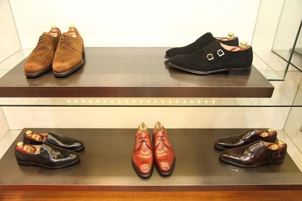 Vệ sinh - dưỡng giày thường xuyên